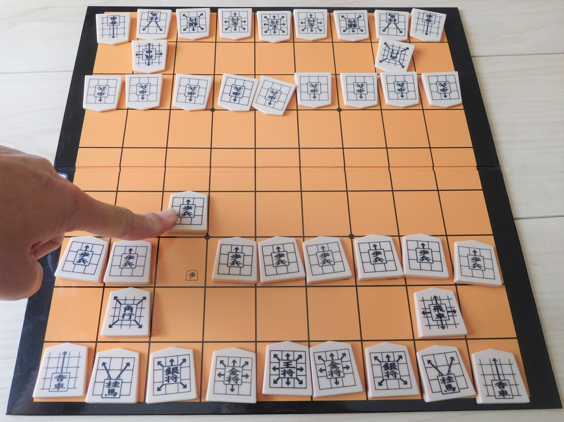 コマの動かし方が書かれた将棋のコマ